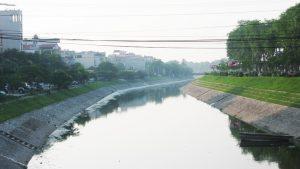 Nước sông Tô Lịch bất ngờ chuyển màu xanh hiếm thấy và bớt mùi hôi